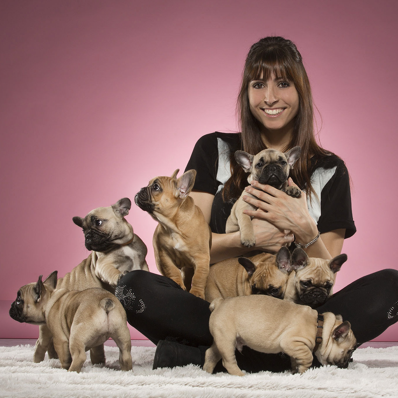 Céline Bissat avec pleins de petits chiots